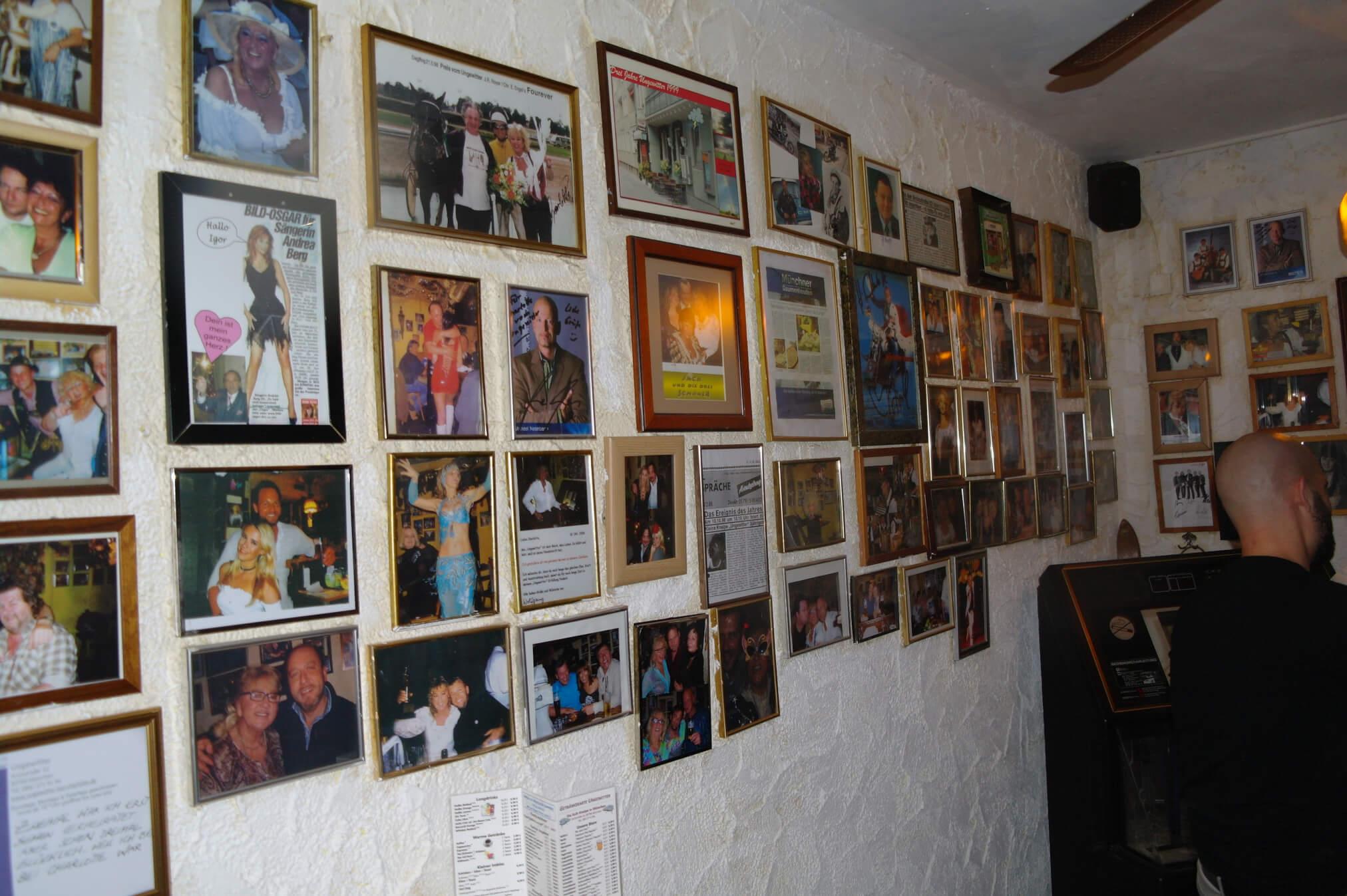 An den Wänden sind überall Bilder mit prominenten Besuchern, doch auch viele Bilder von den Stammgästen, die hier schon seit Beginn an verkehren